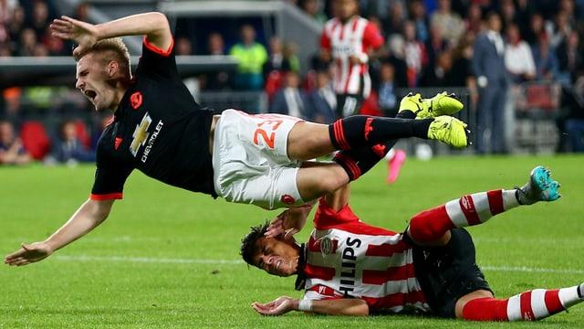 Luke Shaw fliegt mit schmerzverzerrtem Gesicht nach der Grätsche von Hector Moreno durch die Luft.