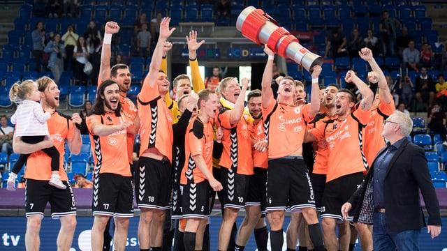 Die Kadetten Schaffhausen stemmen den Supercup in die Höhe.