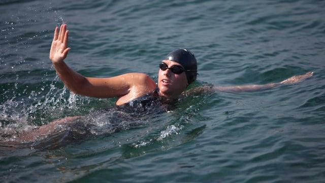 Chloë McCardel im Wasser. Sie winkt.