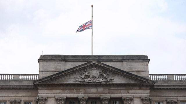 Die Fahne auf dem Buckingham-Palast in London weht auf Halbmast.