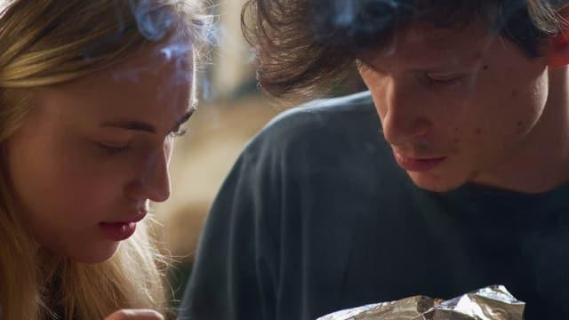 Eine Frau und ein Mann rauchen Folie.