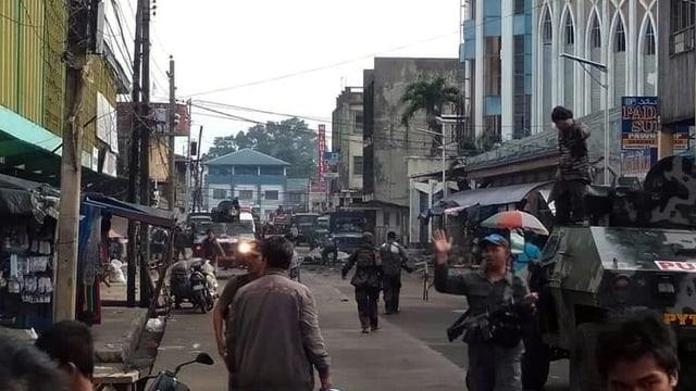 Die Armee sichert vor der Kirche den Tatort.