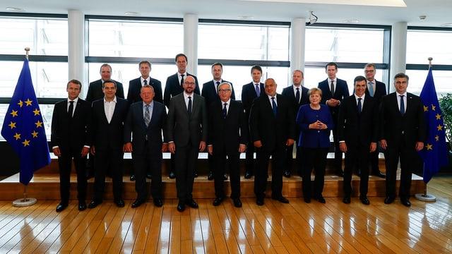 Mehrere EU-Staatspräsidenten posieren auf einem Gruppenfoto