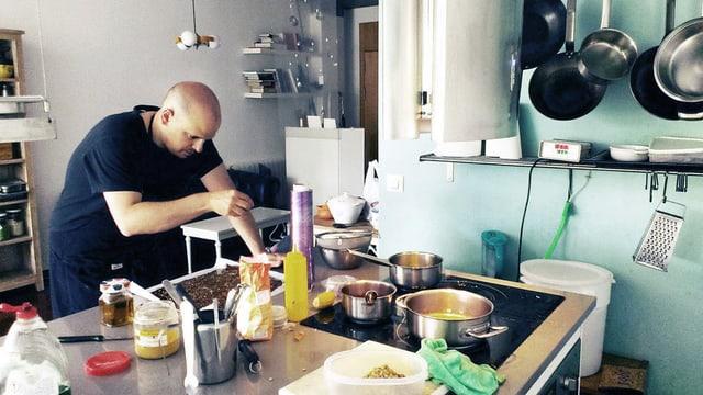 Mann beim Kochen.