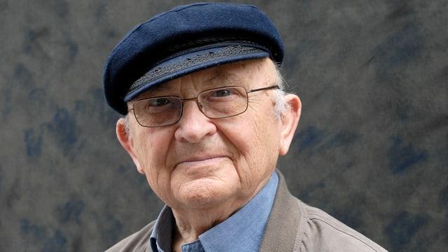 Porträt von Aharon Appelfeld mit Hut und Brille