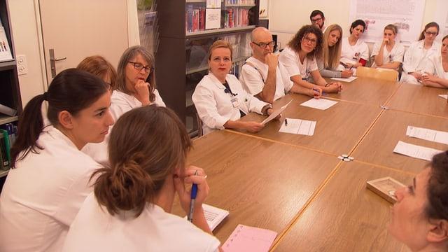 Spitalpersonal sitzt am Tisch beim Rapport. In der Frauenklinik Triemli arbeiten 193 Frauen und zwei Männer