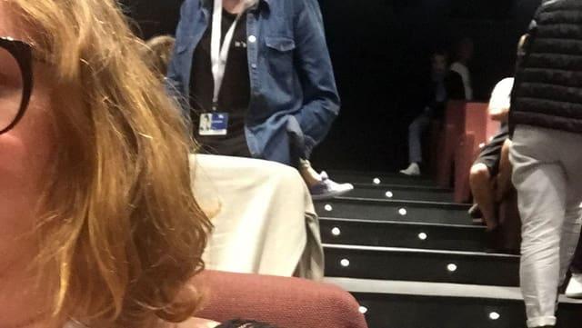 Selfie einer Frau, von der man nur Harre und ein Stück Brille sieht.