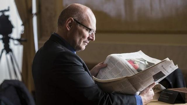Alfred Heer liest Zeitung.