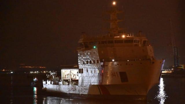 Das Schiff der Küstenwache im Hafen Catanias