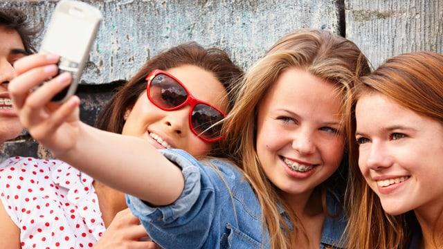 Drei junge Mädchen machen ein Selfie.