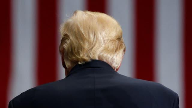 Donald Trump mit dem Rücken zur Kamera