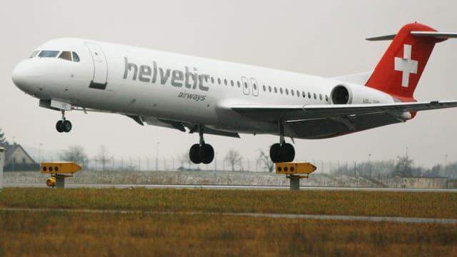 Helvetic-Airways-Maschine beim Landen.