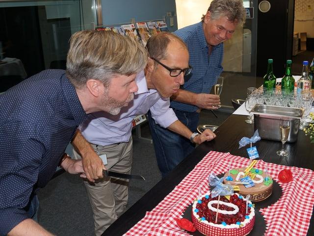 Zwei Männer blasen Kerzen auf Torte im Studio der SRF Musikwelle aus.