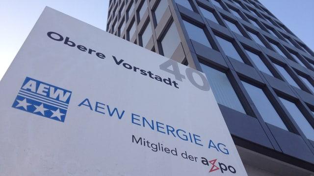 Firmenschild des Aargauer Stromunternehmens AEW Energie AG am Firmenstandort in Aarau, im Hintergund das Hochhaus der Firma