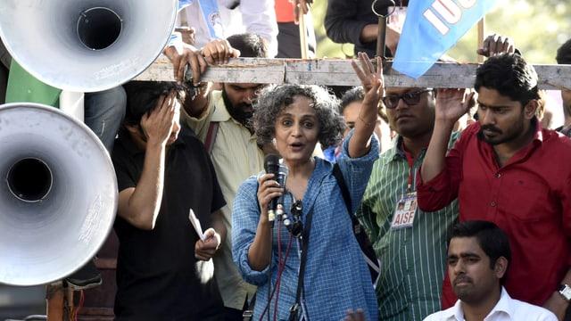 Roy an einer Demo für inhaftierte Aktivisten.