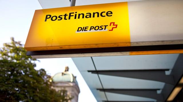 Postfinance-Logo - im Hintergrund das Bundeshaus.