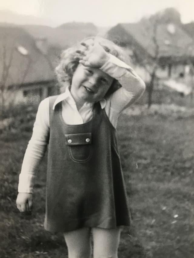 Elena Bernasconi als Kind mit Röckchen.