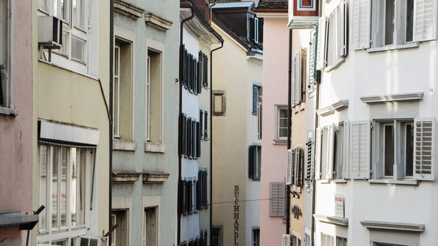 Blick auf eine Reihe von Häusern in der Zürcher Altstadt