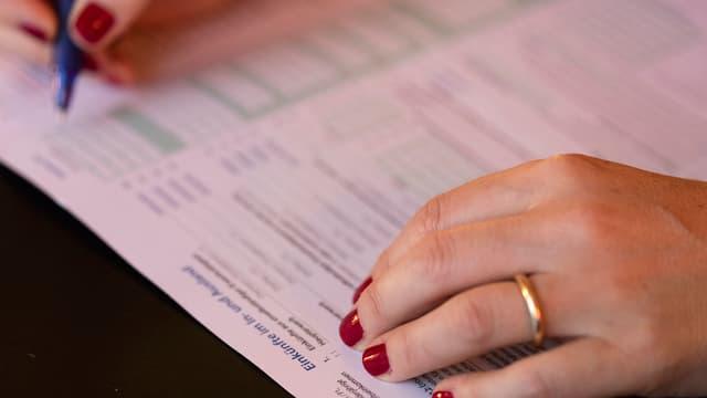 Frau füllt die Steuererklärung aus