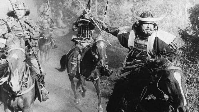 Männer reiten auf Pferden