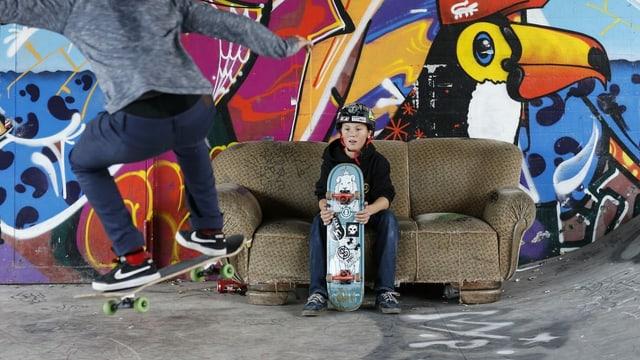 Zwei Jungs am Skaten.
