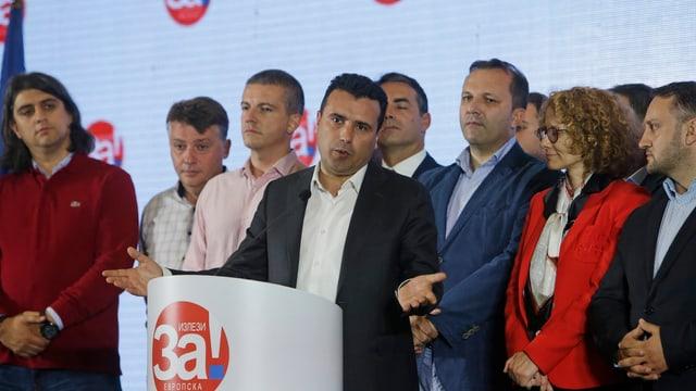 pliras persunas enturn in pult, entamez il primminister da la Macedonia