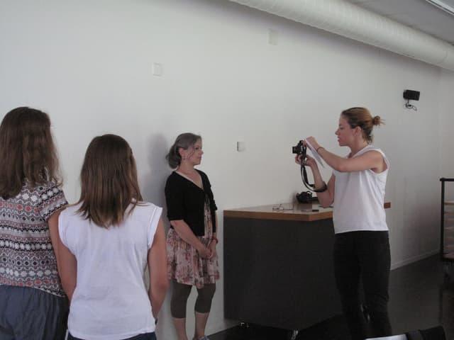 Frau fotografiert eine andere Frau