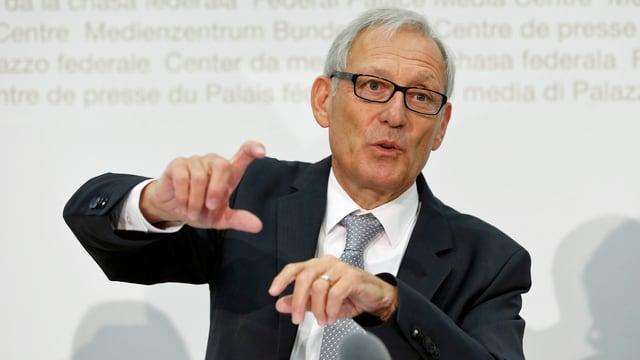 Carlo Schmid gestikuliert an einer pressekonferenz in Bern. (srf)