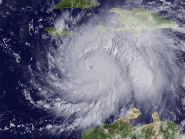 Auf dem Satellitenbild ist die wirbelförmige Wolkenstruktur und das Auge des Sturm zu sehen.