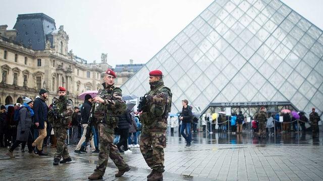 Soldaten vor dem Louvre