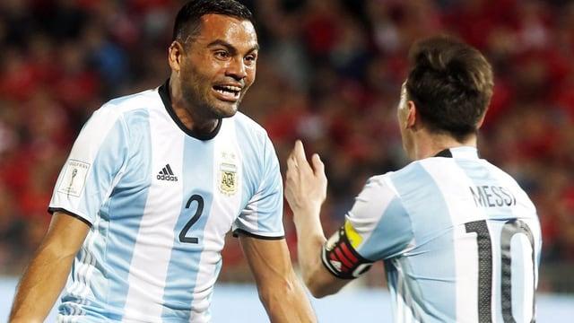 Gabriel Mercado und Lionel Messi.