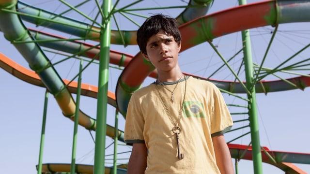 Ein Junge mit gelbem T-Shirt.