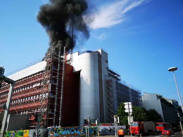 Schwarzer Rauch über Haus.