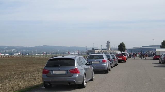 Parkierte Autos am Strassenrand