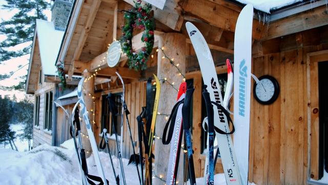 Ski vor einer Hütte