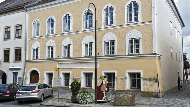 Ein Haus mit gelblicher Fassade.