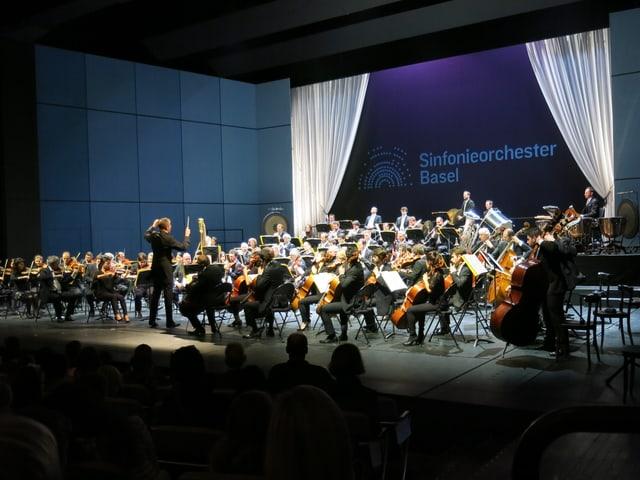Ganzes Orchester auf der Theaterbühne