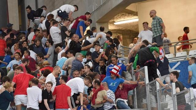 Maletgs maltgierts curt avant la fin dal gieu er en il stadion: Fans englais curran en segirezza sur las barrieras or.