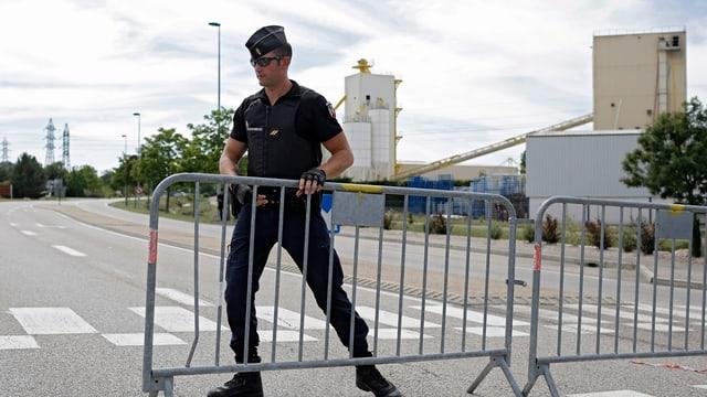 policist metta si ina barriera