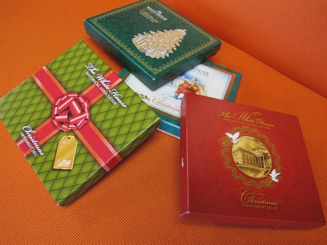 Schachteln als Verpackung des Weihnachtsschmuckes aus Amerika.