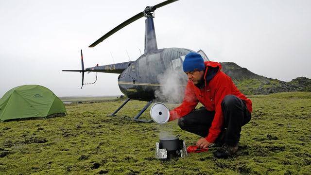 Corrado Filipponi vor dem Helikopter im isländischen Hochland.