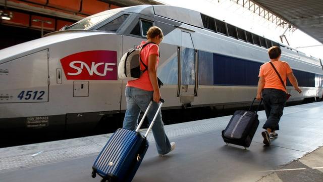 duas persunas avant in tren da la SNCF