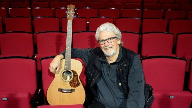 Musiker Jeff Turner sitzend mit Gitarre
