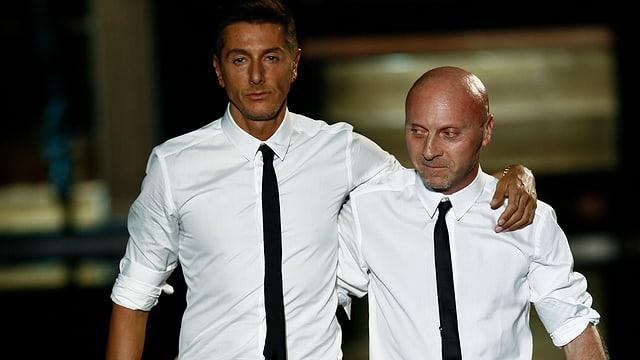 Stefano Gabbana und Domenico Dolce Arm in Arm.