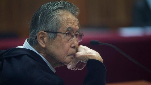 Alberto Fujimori in einem Gerichtssaal.