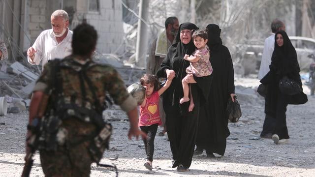 Cumbattanta da las «Forzas democraticas sirianas» èn la citad da Munbidsch.