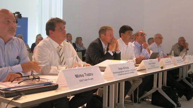 Blick auf einen langen Tisch mit 7 Personen, die die Fachjury bilden.