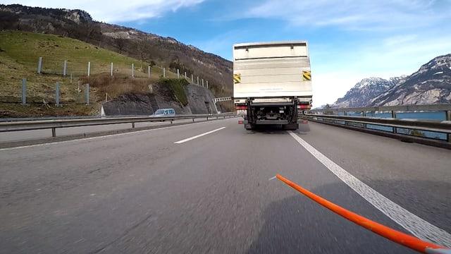 Orange Messstange hinter einem Lastwagen.