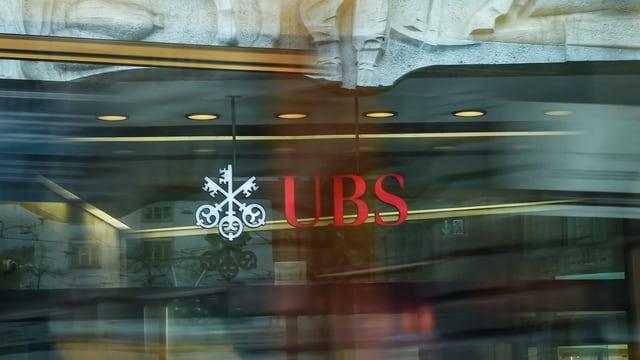 Entrada cun logo da l'UBS.