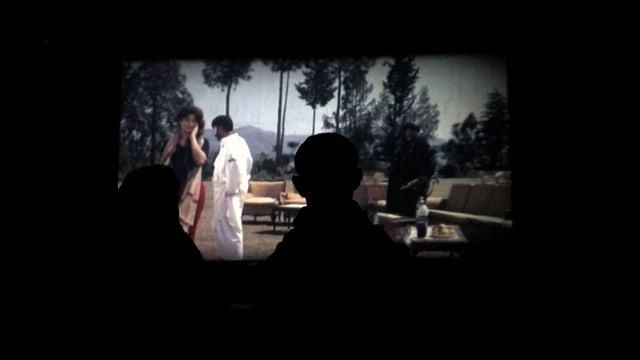 Die shilouette eines Mannes verdeckt einen Film